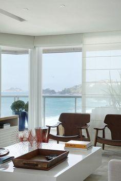 Uma reverência ao mar carioca. Apartamento investe em amplitude e luz no décor
