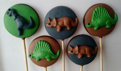 Pirulito de chocolate dinossauro.  Acompanha saquinho e fita,feito com os chocolates Garoto e Melken.  Pedido mínimo 20 unidades.