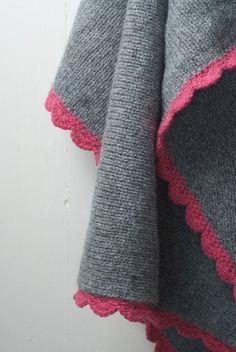 Couverture de bébé tricotée avec bordure au crochet.