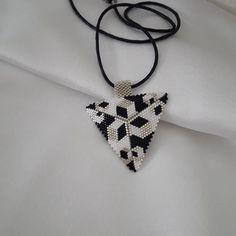 El #emeği #handmade #miyuki #boncuk #kişiye #özel #üçgen #kolye Sipariş ve bilgi için dm den ulaşabilirsiniz