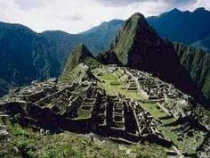 Machu Picchu es el nombre que se le da a un antiguo poblado Inca, construido a mediados del siglo XV, esta ubicado sobre una elevación rocosa unida entre las montañas Huayna Picchu y Machu Picchu, en Perú, al oriente de la Cordillera central, a unos 130 kilómetros de Cuzco. La UNESCO declaro la zona de Machu Picchu como patrimonio de la humanidad desde el año de 1983, y desde el día 7 de julio del 2007 paso a formar parte de las Nuevas Maravillas Del mundo Moderno.