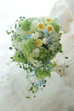 セミキャスケードブーケ 七夕の前日、淡い黄色と青を挿し色に 田園調布教会様へ : 一会 ウエディングの花