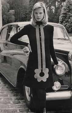 Pierre Cardin Jours de France - Automne Anyone else think this dress is a little. 60s And 70s Fashion, Mod Fashion, Fashion Mode, Fashion Art, Vintage Fashion, Fashion Design, Ladies Fashion, Retro Mode, Mode Vintage