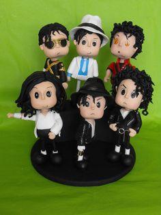 Topo de bolo do Michael Jackson com várias fazes de sua carreira .History, Moonwalker, Thriller, Black or White, Billie Jean e Bad .Feito em biscuit. R$480,00