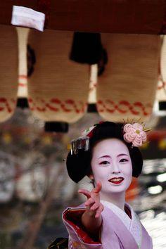 Kyoto, Japan(maiko) All About Japan, Geisha Art, Kimono Japan, Memoirs Of A Geisha, Turning Japanese, Japanese Geisha, Japan Art, Girl Dancing, Japanese Culture