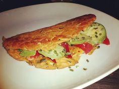 Slowcarb Sandwich  85g Kichererbsenmehl mit etwas Paprikamark und Wasser mit gehobelten Zucchini und Fenchel vermischen und quellen lassen. In Öl von beiden Seiten anbraten und mit #Avocado und Paprika belegen und mit Senf beschreiben.