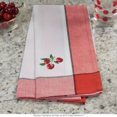 A classic cotton dish towel with a fun farmhouse design. This screen printed kitchen towel is machine washable and has excellent absorbency. Adds vintage style to your retro kitchen linens or makes a cute gift. Measures 17