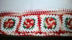 pano de copa com barrado em crochê flores em tom mesclado vermelho .faço em outras cores.barrado feito com linha clea .tecido 100% algodão .medidas 50 cm 70 cm altura .sem o barrado.