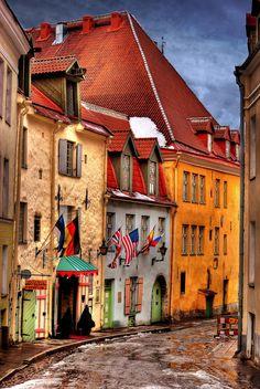 Estonia, Tallinn, vicolo con bandiere | Flickr - Photo Sharing!