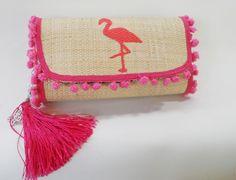 Clutches de palha, feitas a mão, toda customizada com muito estilo e bom gosto.  Ideal para aquele look de final de semana. Handmade Wallets, Handmade Bags, Diy Clutch, Clutch Bag, My Bags, Purses And Bags, Pillow Crafts, Pom Pom Sandals, School Accessories