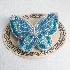 チェコガラス、スワロフスキー、ファイアポリッシュを多く使用し、贅沢に輝く蝶のビーズ刺繍ブローチです。サイズ 縦6cm 横7.5cm 厚さ2cmブローチ台 ...|ハンドメイド、手作り、手仕事品の通販・販売・購入ならCreema。