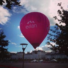 montgolfière Evian s'envolant au-dessus de la place Bellecour