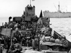 Tuesday, June 6, 1944, 5:00 - The dawning day is gloomy. Men preparing for the Hour-H. Late at night, many have transferred from transport ships to landing craft. In all, more than 1,200 warships and 700 support vessels berthed 10 nautical miles off the English coast, then advance towards the French coast. By nightfall, 156,000 American, British, Canadian, or members of the Free French set foot on Norman sand. © Regional Council of Basse-Normandie / National Archives USA