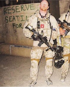 Rob O'neil, the Seal team six bad ass that shot UBL. Seen here in Ramadi, Iraq Military Love, Military Guns, Military Personnel, Military Art, Robert O'neill, Special Forces Gear, Us Navy Seals, Special Ops, Us Marines