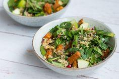 Salat med sød kartoffel, granatæblekerner og quinoa