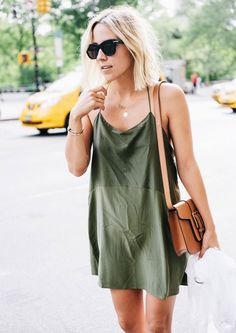 Street style com vestido camisola verde oliva.