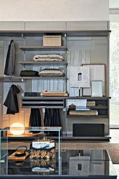 Gliss Walk-In is a complete system of walk-in wardrobes.