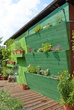 Verticaal tuinieren tegen de schuur. Door kadv