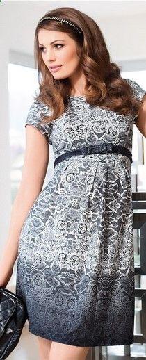 O rochie pentru gravide, dar nu numai, foarte delicata si feminina. Are un pattern ce imita dantela, alb cu negru, materialul este foarte usor si moale, iar deaspra burticii, o curelusa ca detaliu, foarte girlish de altfel. Lungimea este medie si manecile scurte. Cu siguranta vei fi o gravida chic !