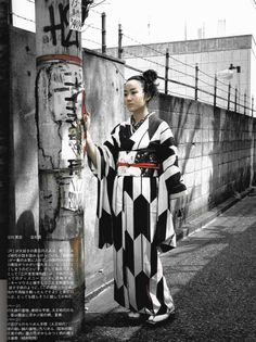 thekimonogallery: Black and white kimono with interlocking yabane (arrow feather) motifs. Japan