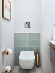 """Schlaf- und Essbereich in Suite \""""Modern Serenity\"""": Freie Platzwahl Zugangszone Jacken und Mäntel hängen im Flur an einer maßgefertigten Garderobe aus Eiche und Lederriemen. Notwendige, weniger schöne Hoteltechnik verbirgt sich hinter dem hohen Kleine Toilette, Gäste Toilette, Badezimmer Möbel, Badezimmer Klein, Badezimmer Renovieren, Badezimmer Design, Schlafzimmer, Wohnzimmer"""