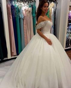 Kleid auf Anfrage erhältlich  www.weddibox.eu