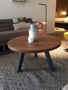 Leuke ronde salontafel met metalen onderstel. Verkrijgbaar in ieder gewenst formaat en uitvoering.