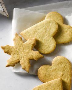 Zandkoekjes zijn heel gemakkelijk klaar te maken, snel klaar, en je kan ze uitsteken in een vormpje naar keuze, ideaal voor elke gelegenheid! #15gram Biscotti Cookies, Dessert Recipes, Desserts, Tis The Season, Gingerbread Cookies, Nom Nom, Biscuits, Bakery, Sweets