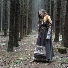 two tone viking dress coloured gores Viking Garb, Viking Reenactment, Viking Dress, Viking Clothing, Royal Clothing, Corset Costumes, Cool Costumes, Norwegian Vikings, Larp