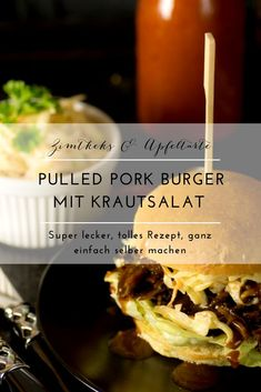 Very simple recipe: pulled pork burger with coleslaw Pulled Pork Burger, Pork Burgers, Pulled Pork Recipes, Burger Buns, Bbq Chicken Marinade, Bbq Chicken Legs, Barbecue Chicken Pizza, Grilled Chicken Recipes, Hamburgers