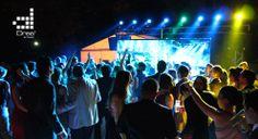 El ritmo de las luces siempre va acompañado de la música y el baile.