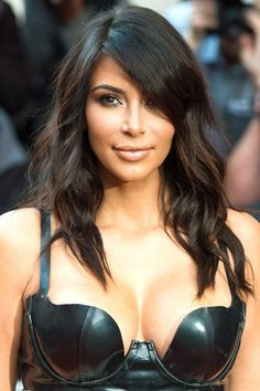 This morning Nick Grimshaw had Kim Kardashian West as a guest on his Radio 1 Breakfast Show. The two talked about her infamous bum selfie, her love of spare ribs, and being the most victimised Kardashian. Kim Kardashian Cabelo, Kim Kardashian Haircut, Kim Kardashian Hairstyles, Kardashian Style, Fall Hair Cuts, Corte Y Color, 2015 Hairstyles, Celebrity Hairstyles, Funky Hairstyles