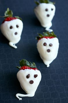 Love these white chocolate strawberry ghosts. Spooky and sweet! Love these white chocolate strawberry ghosts. Spooky and sweet! Halloween Dip, Halloween Breakfast, Cute Halloween Treats, Halloween Dinner, Halloween Food For Party, Halloween Desserts, Halloween Ideas, Halloween Baking, Halloween Goodies