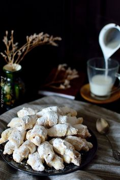 Cornuleţe fragede şi vanilate cu rahat   Bucate Aromate Stuffed Mushrooms, Sweets, Vegetables, Cooking, Food, Cookies, Bakken, Stuff Mushrooms, Kitchen