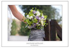 Ramo de novia en tonos morados, verdes y blancos.