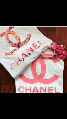 t-shirt chanel floral coco pink Chanel Sweater, Chanel Shirt, Chanel Logo, Chanel Outfit, Coco Chanel, Chanel Pink, Baby Chanel, Marca Chanel, Diy Sweatshirt
