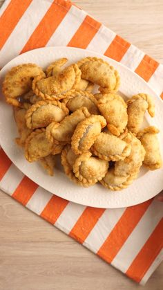 5 Recetas con Tapas de Empanada Five recipes, one ingredient in common. Related posts: Spinach Puffs The 11 Best Rainbow Recipes 59 funny party snacks Ideas that we like to eat on a birthday party Earth Wise Compartment Clamshell Food Network Recipes, Cooking Recipes, Cooking Beef, Cooking Corn, Camping Cooking, Cooking Hacks, Cooking Wine, Oven Cooking, Empanadas Recipe