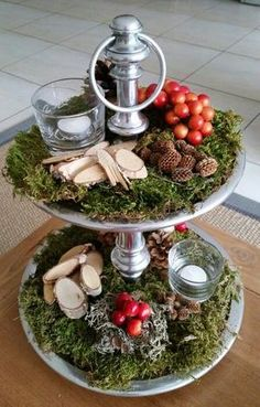 sier decoratie kerst stuk op schaal ... makkelijk te maken nodig *plat mos - grijs mos - dennenappels - boomstamschijfjes - rode bessen - waxinelichtjes . gedeeld door marjolein 131