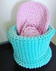 Początki dywanu w miętowym koszu / Beginning rug in a minty basket  #basket #crochet #handmade #diy #rękodzieło #minty #szydełkowanie #kosz #pink #bawełnianysznurek #cottoncord #knniting #druty #szydełko #mięta #róż #rug #carpet #4home #mylovelyhome #withpassion #4babies #scandi #scandinavianstyle #decor #decorating #roznosci