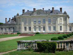 Le château de Craon - Guide tourisme, vacances & week-end en Mayenne -Remarquablement préservé, le château de Craon, sur la colline de Guinefol, fut édifié au XVIIIe siècle par le marquis d'Armaillé. Propriété du comte et de la comtesse de Guébriant, ce monument historique, en pierre blanche de la Loire, a conservé ses intérieurs d'époque ; un décor dans le style Louis XVI, aux belles boiseries, reflétant l'atmosphère de l'Ancien Régime… Le grand vestibule et son escalier d'honneur, la…