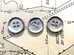 Metallknöpfe - 3 Metallknöpfe matt silber - ein Designerstück von knopfelfe bei DaWanda