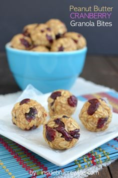 Peanut Butter Cranberry Granola Bites - peanut butter and dried cranberries make these healthy granola snack bites irresistible Healthy Desserts, Delicious Desserts, Yummy Food, Paleo Sweets, Healthy Recipes, Healthy Lunches, Healthy Food, Healthy Eating, Granola Bites