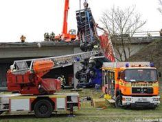Schwierige Fahrzeugsicherung bei abgestürztem LKW http://www.feuerwehrleben.de/schwierige-fahrzeugsicherung-bei-abgestuerztem-lkw/ #feuerwehr #münchen #kran
