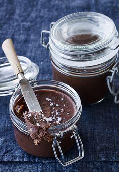 Forkæl dig selv med lækkert chokoladesmør til weekendbrunchen - det smager helt fantastisk, og havsaltet giver det perfekte twist.