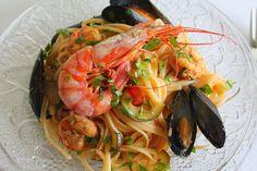 Bavette con cozze, gamberoni, zucchine e pomodorini / Bavette with mussels, prawns, zucchini and cherry tomatoes