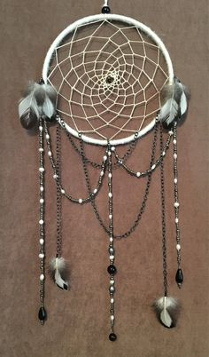 Trendy Diy Dream Catcher With Beads Wall Hangings Ideas Diy Macrame Wall Hanging, Diy Dream Catcher Tutorial, Dream Catcher Art, Dream Catcher Patterns, Dream Catcher Native American, Diy Holz, White Freshwater Pearl, Shell Crafts, Bottle Crafts