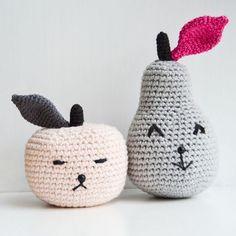 Nyt indlæg på bloggen : Min version af æblet og pæren ☺️ www.KreaLoui.dk/aeblet-og-paeren/ #hæklet #hækling #crochet #æble #pære #apple #pear #sursød #blog #KreaLoui