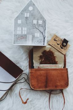 When a tobacco pouch can impress non-smokers, it must be special! Not only do cigarettes, tobacco and all kinds of smoking utensils fit comfortably into it, but the pouch can also be used very easily as storage for your headphones, keys or batteries.  Gusti Leather + tobacco pouch + Leather