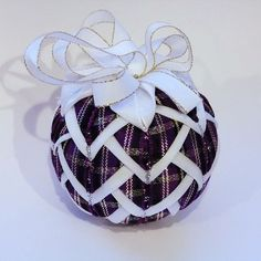 Šištička / Zboží prodejce pavla.wagnerova | Fler.cz Quilted Fabric Ornaments, Quilted Christmas Ornaments, Christmas Fabric, Beaded Ornaments, Ball Ornaments, Christmas Balls, Fabric Balls, Fabric Ribbon, Homemade Ornaments