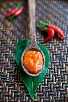Sriracha Recipe - Homemade Chili Sriracha Hot Sauce (use soy sauce instead of fish sauce for vegan yum. Or make your own homemade vegan fish sauce. Sriracha Recipes, Hot Sauce Recipes, Sriracha Sauce, Spicy Recipes, Chili Recipes, Healthy Recipes, Garlic Sauce, Soy Sauce, Sauces